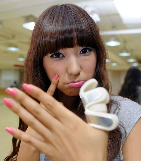 Bora's How-To on Working a Bandaged Thumb Look