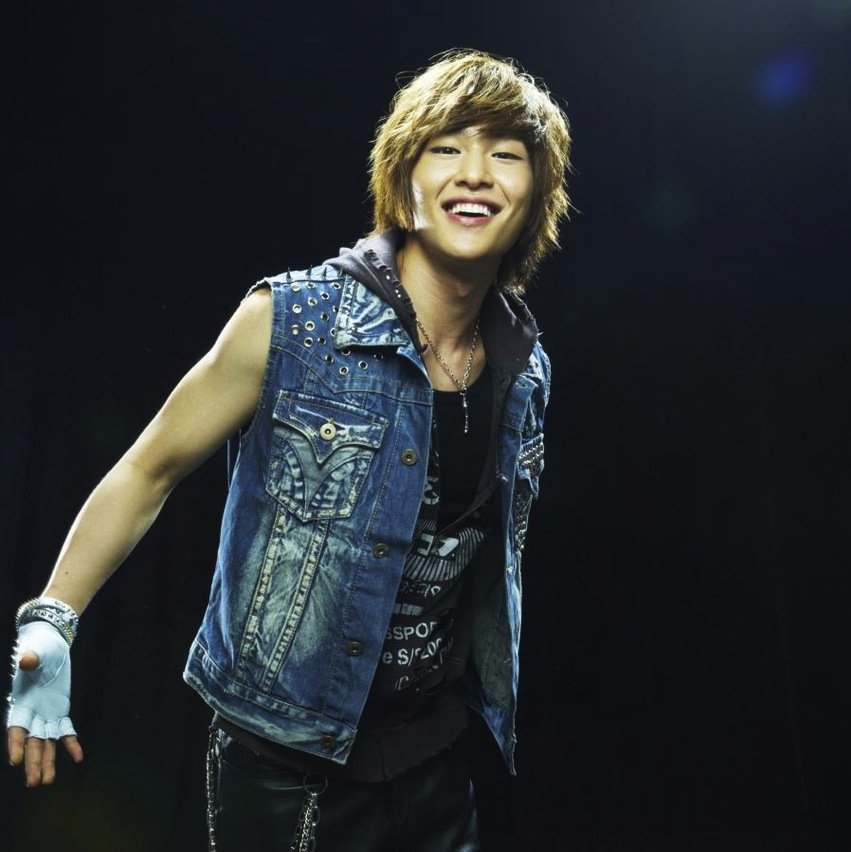 Onew shoots promo pics for Rock of Ages