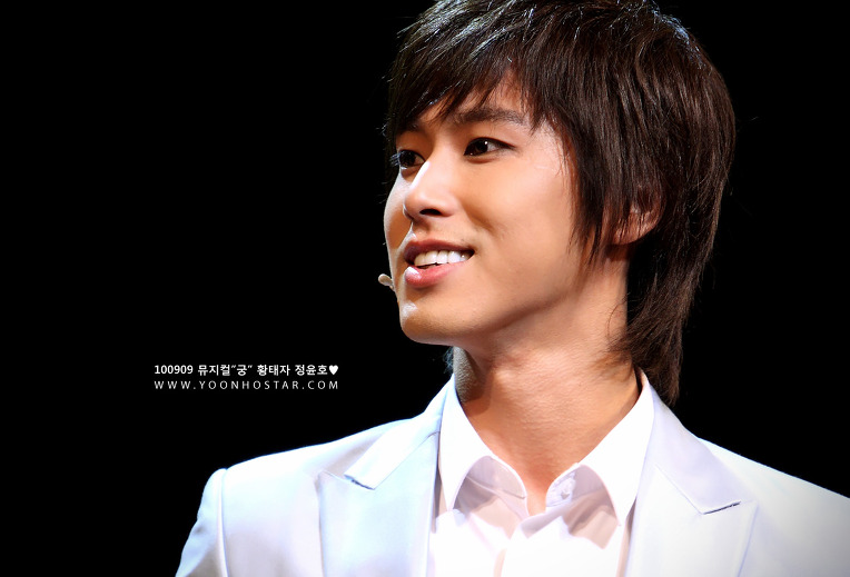 "Musical ""Goong"" opens; Yunho looks beautiful as always"