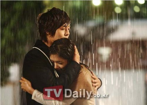 couple kissing in rain. their kissing-in-the-rain