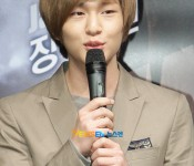 [Photo] Onew gets haircut, channels Yesung
