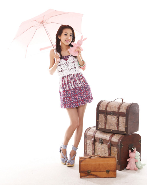 2NE1's Dara selling umbrellas
