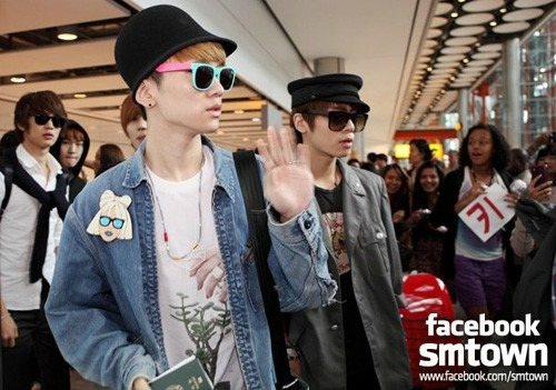 02-SHINee-arrive-at-Heathrow