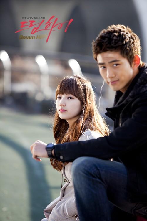http://seoulbeats.com/wp-content/uploads/2012/04/20120405_seoulbeats_dreamhigh_taecyeon_suzy.jpg